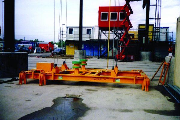 Containerspreader mit 4-Seilaufhängung und Kranpositionierung